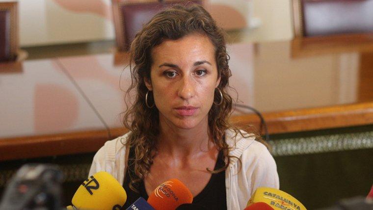 Laia Estrada (CUP), atenent els mitjans de comunicació.