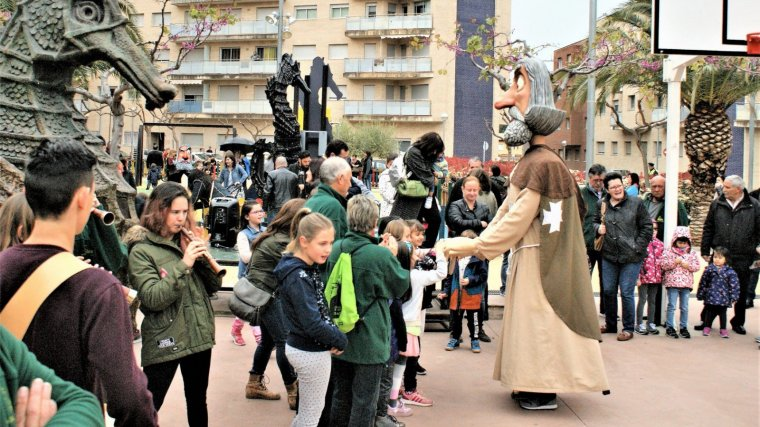 L'Hospitalet de l'Infant inaugura el nou parc infantil a la plaça de l'Almadrava, dedicat a les figures festives del poble