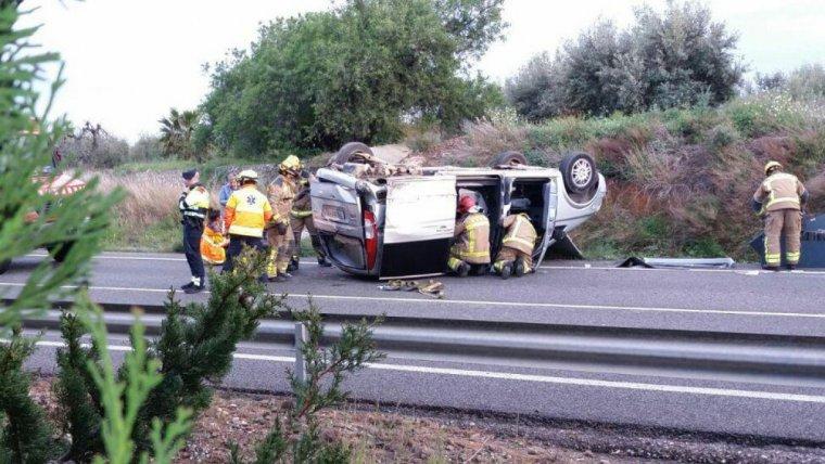 Moment dels treballs a la carretera amb el vehicle accidentat