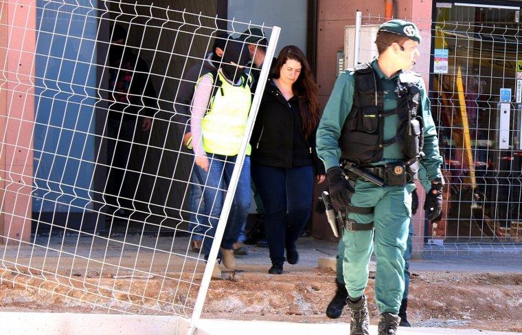 Moment que la Guàrdia Civil va treure a Tamara Carrasco de casa seva, a Viladecans.