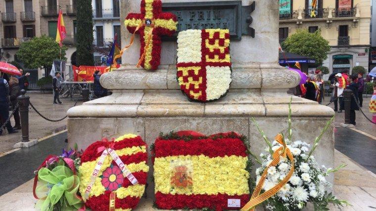 Ofrena floral del moviment per Tabarnia al general Prim