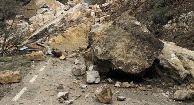 Roques sobre la carretera LV-9124, en terme de Castell de Mur