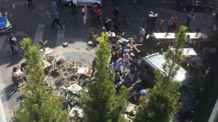 Un vehicle ha atropellat diverses persones al centre de Munster