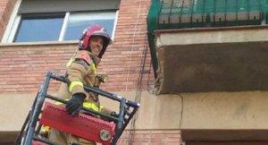 Actuació dels bombers en el sanejament de la façana