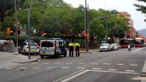 Agents de la Guàrdia Urbana de Barcelona que s'ha traslladat al lloc dels fets.