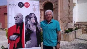 Antonio Barrero posa amb un cartell del FIC-CAT aquest matí, davant l'església de Roda