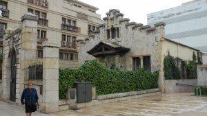 Dispensari antituberculós, al costat de l'antic hospital de sant Joan.