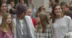Doña Sofía, la reina Letizia, la infanta Sofía y la princesa Leonor frente al Teatro Alcalá de Madrid