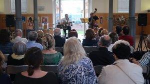 El concert de Joan Artigas acompanyat del contrabaix Artur Regada s'ha fet a la Biblioteca Xavier Amorós