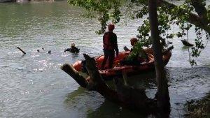 El equipo de rescate durante las tareas para sacar el cadáver del río Ebro