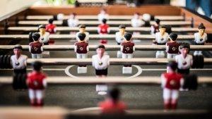 El futbolín es un juego de 1 vs 1 o 2 vs 2 muy extendido en gran parte de occidente.