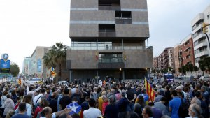 Els manifestants es van concentrar davant la subdelegació del govern espanyol.