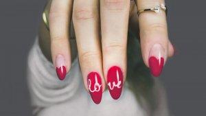 Escribir sobre las uñas de porcelana puede ser una opción.