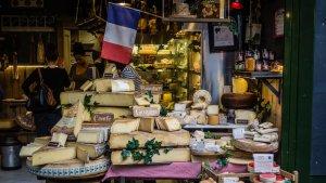 Existen una gran cantidad de tipos de queso. En Francia puedes conocerlos casi todos.