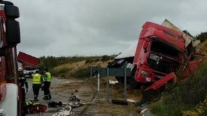 Herido un camionero tras volcar su vehículo en la incorporación de la A-11 a la A-66 en Valcabado, Zamora