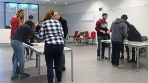Imatge de les trobades de la fase pilot, entre estudiants i representants de les empreses i institucions participants.