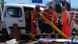Imatge dels bombers rescatant al conductor