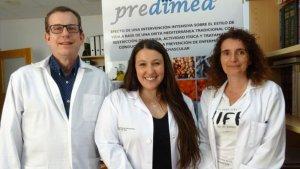 La investigadora predoctoral Lucia Camacho, —al centre— amb la investigadora Mònica Bulló que ha liderat la recerca i el catedràtic Jordi Salas-Salvadó.