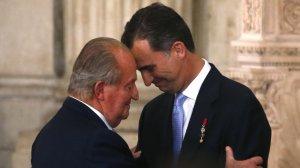La tierna mirada entre Juan Carlos I y Felipe VI, en una imagen de archivo.