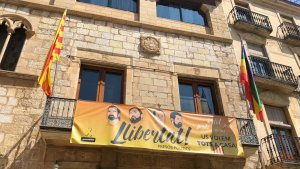L'Ajuntament de Montblanc ha fet onejar la bandera LGBTI amb motiu del Dia Internacional contra la Discriminació per Orientació Sexual i Identitat de Gènere.