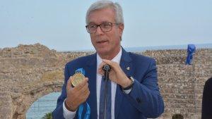 L'alcalde Ballesteros, amb la medalla d'or.