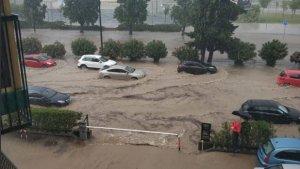 Las calles de Zaragoza, completamente anegadas por la fuerte tromba de agua