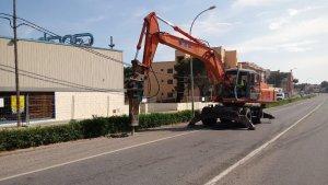 Les màquines ja han començat a aixecar el paviment.