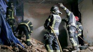 Los Bomberos trabajan en la retirada de escombros.