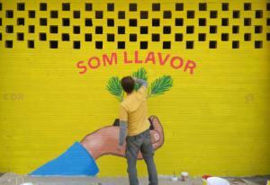 Oriol Arumí pintant el mural