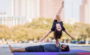 Realizar yoga en pareja siempre es más entretenido que empezar a practicarlo solo.