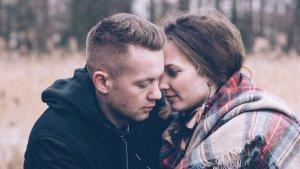 Si evita mostrar afecto o rechaza tus muestras de cariño, es una señal de alarma.