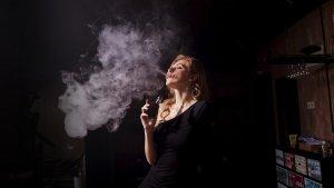 Todos los riesgos que conlleva la nueva moda de vapear un cigarro electrónico.