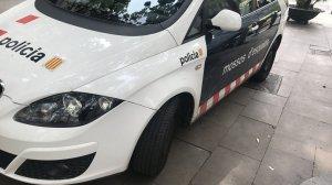 Un cotxe patrulla dels Mossos d'Esquadra a la plaça, al Raval.