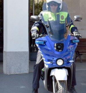 Un Policia Local amb la moto elèctrica de prova