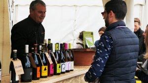 Un productor de vi i un visitant en la Fira del Vi de Falset d'aquest 2018.