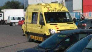 Una de les ambulàncies desplaçades al lloc dels fets.