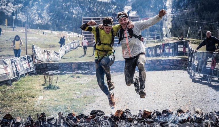 Corredores en una carrera de obstáculos sobre unas brasas.