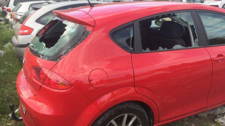 Els lladres li van reventar el vidre del cotxe per robar-li l'ordinador on tenia el treball de fi de grau