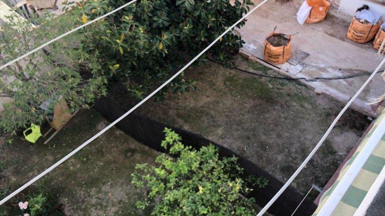 Els veïns denuncien que, aquest dimarts, se'ls ha ocupat part del pati sense permís