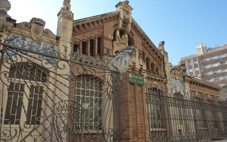 Escola Prat de la Riba, a l'avinguda del mateix nom.