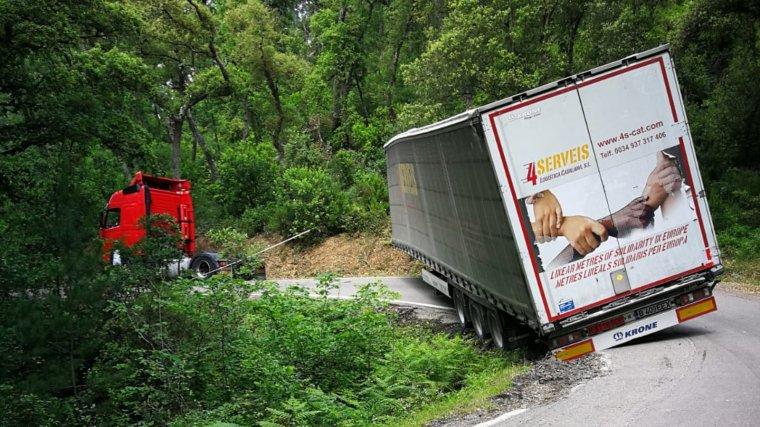 Imatge del camió entravessat a Riudarenes.