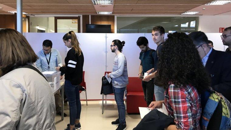 Imatge dels alumnes esperant per votar al CRAI del Campus Sescelades