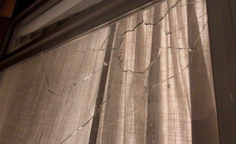 Imatge dels vidres de casa d'un dels regidors de Ciutadans a Sitges.