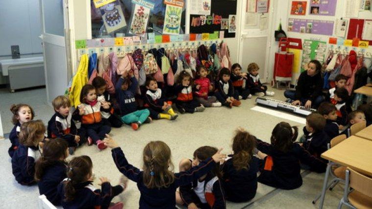 Pla general d'alumnes de P3 de l'escola de l'Arrabassada de Tarragona, asseguts en rotllana i en plena classe de música