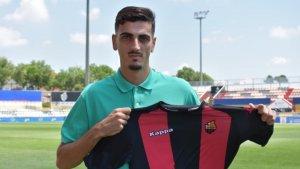 Alejandro Catena ja posa amb la samarreta roig-i-negra