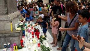Concentració a la plaça de la Vila de Vilanova i la Geltrú en suport de la nena assassinada