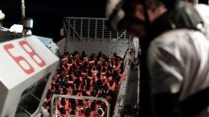 Diversos immigrants rescatats a l'Aquarius durant la matinada del diumenge 10 de juny.