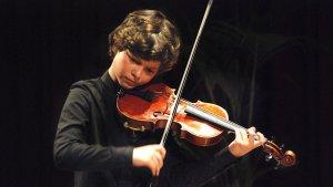 El petit Alexandre, amb el seu inseparable violí.