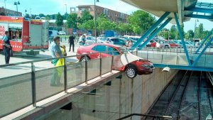 El vehicle va quedar suspès i ha estat a punt de caure a les vies del tren a Vic.