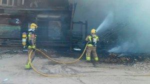 Els Bombers apaguen l'incendi en una planta de reciclatge de Tortosa.